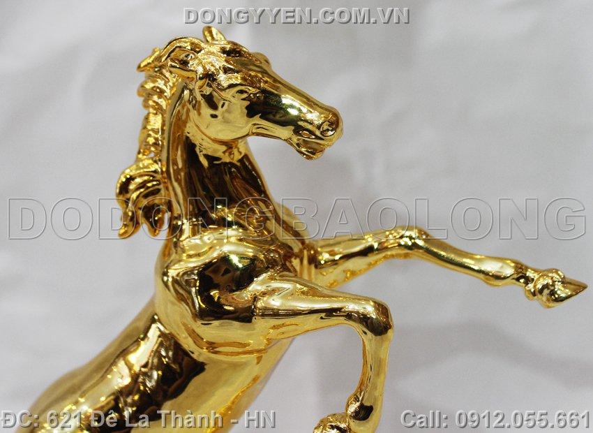 ngựa đúc nguyên khối bằng đồng
