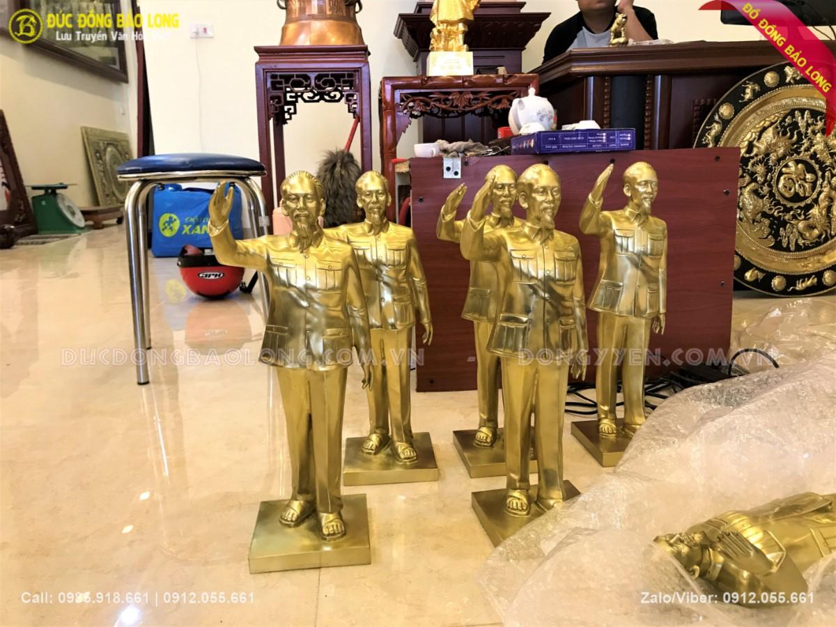 tượng bác hồ giơ tay chào cao 42cm bằng đồng vàng