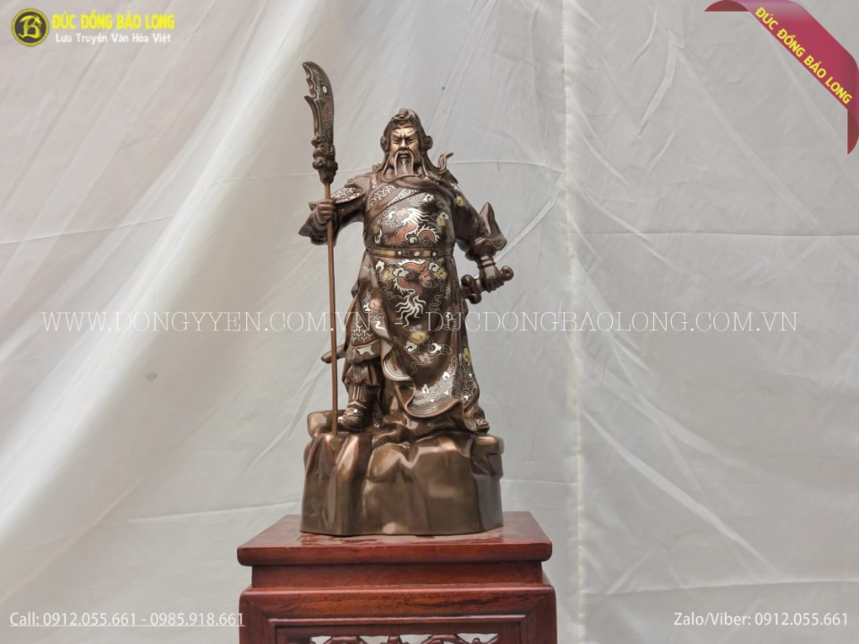 tượng quan công đứng chống đao